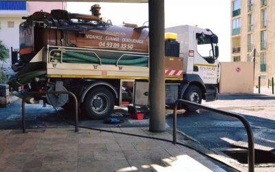 Intervention sur Grasse pour le débouchage d'une canalisation d'eaux usées avec camion hydrocureur équipé d'une pompe haute pression et d'une buse de débouchage